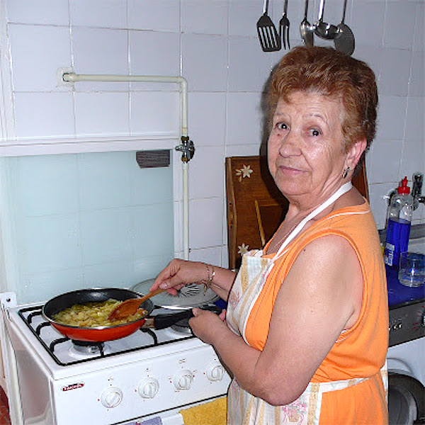Mi madre haciendo una jugosa y exquisita tortilla de patatas