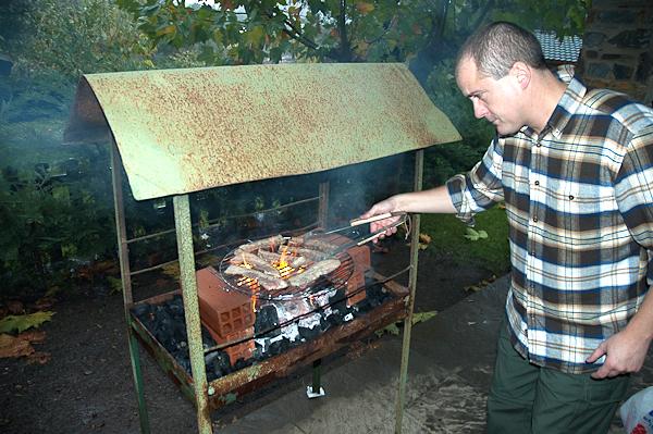 J.C. preparando secreto y presa en un camping de Las Hurdes (Cáceres)