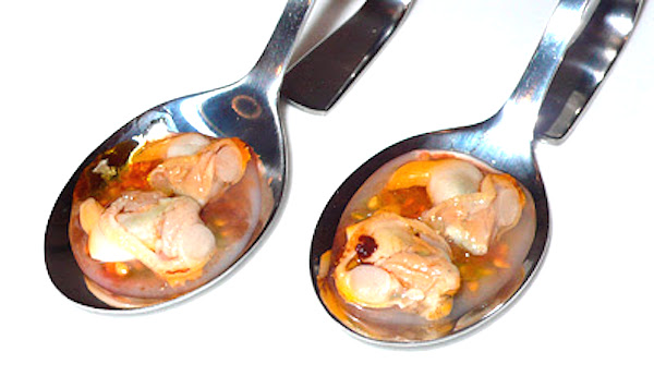 Cucharita de berberechos con semillas de tomate
