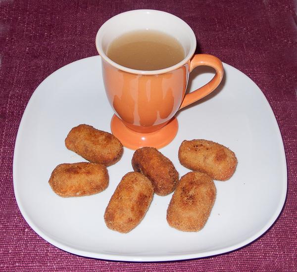 Las croquetas caseras de cocido junto a un caldo