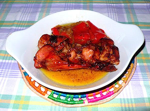 Conejo asado con pimientos rojos