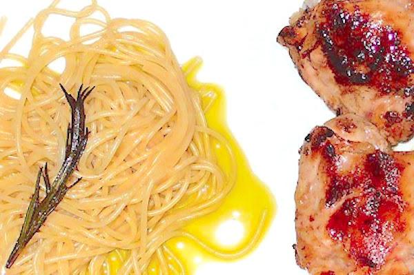 Espaguetis al romero y contramuslos de pollo al limón