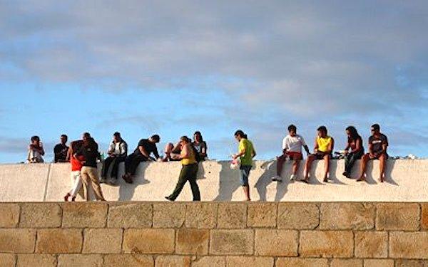Algunos prefirieron degustarlo sentados al sol en el muro del espigón