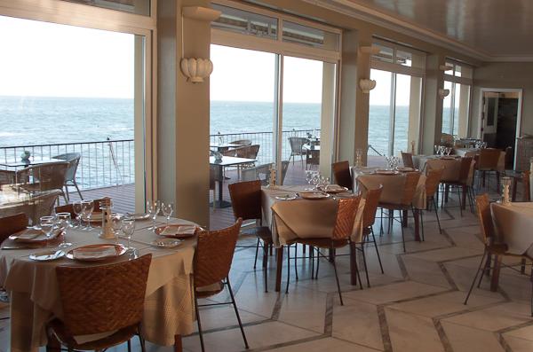 Interior del restaurante con vistas a la ría de Aveiro