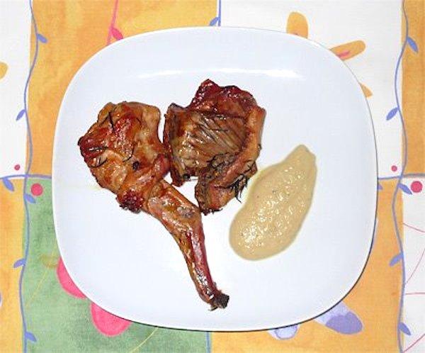 Conejo asado acompañado de salsa de manzana, piña y romero