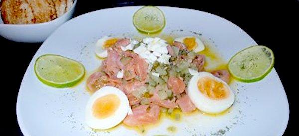 Taquitos de salmón ahumado marinados con lima