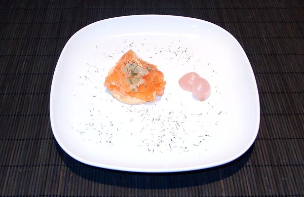 Tosta de salmón marinado con guarnición de pepinillos y cebollita roja en vinagre y espolvoreado con eneldo