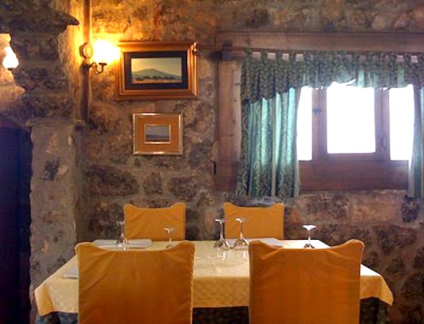 Interior del restaurante La Taberna Encantada