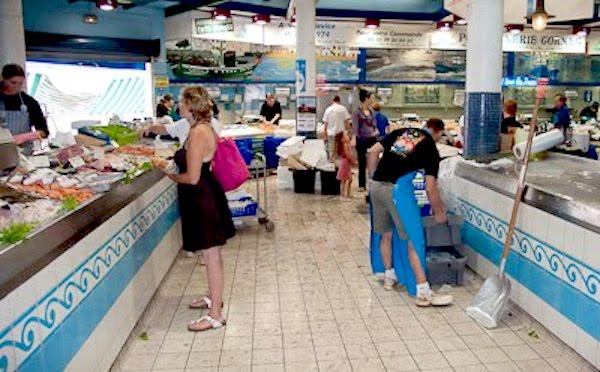 Pescaderías en el Mercado de San Juan de Luz