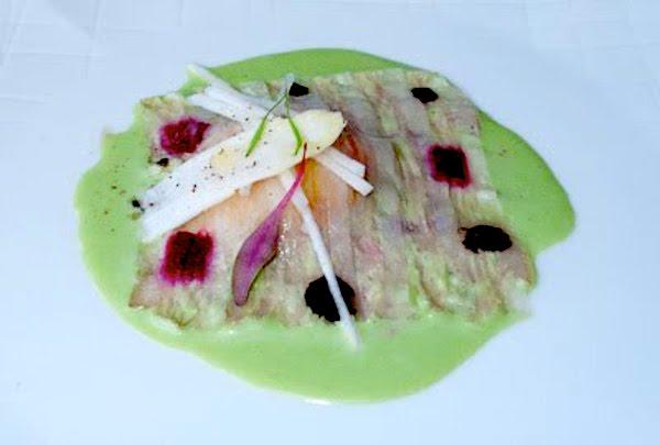 Huevo de caserío con remolacha a la ensalada líquida de hierbas, carpaccio de cocido vasco y queso