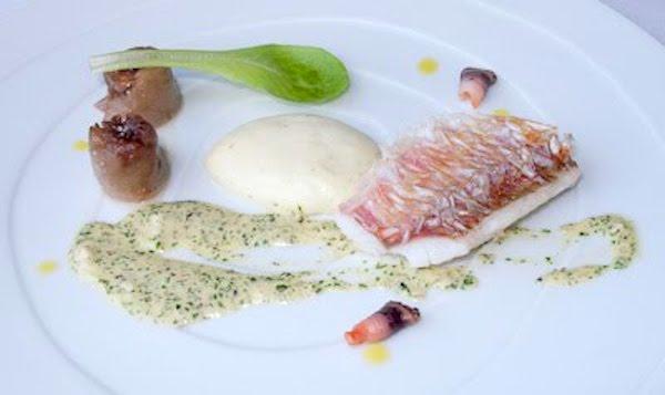 Salmonetes con cristales de escamas comestibles, rabo y jugo de chocolate blanco con algas