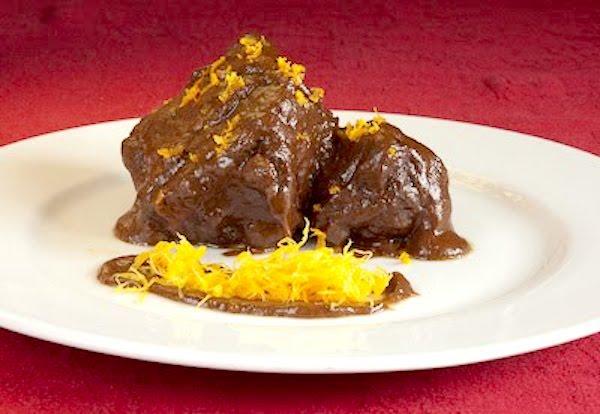 Rabo de toro con salsa de chocolate y naranja