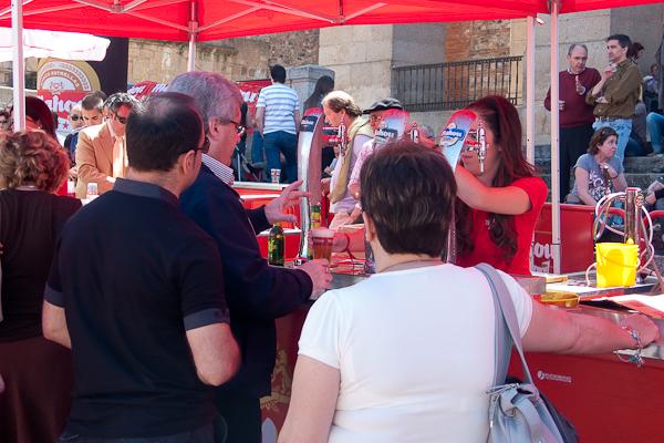 Esperando la cerveza fresquita en Extregusta 2010