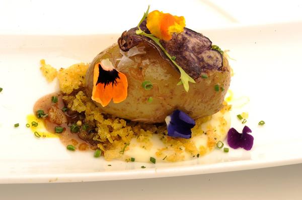 Patata rellena de carrillera ibérica, sal de vainilla, lamina de patata violeta frita y caléndula