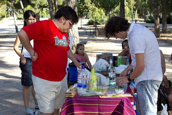 Alfonso y Miquel preparando mojitos