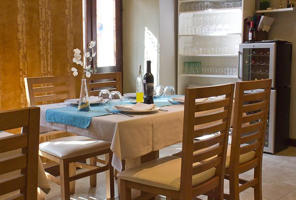 Interior de la sala del restaurante Sabores Lejanos