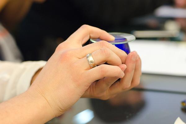 Calentando la copa con la mano