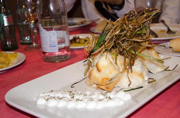 Pasta de arroz rellena de bacalao y ali-oli