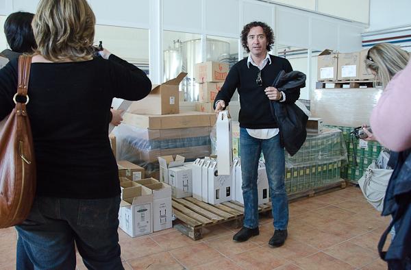 Fernando de iloveaceite.com obsequiándonos un páck básico de AOVE