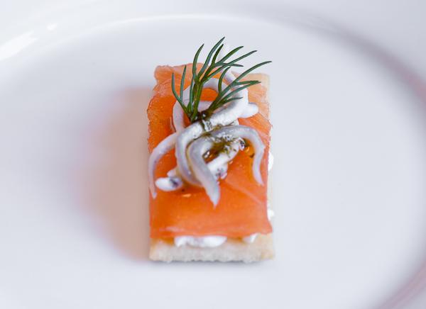 Regaña con queso, salmón ahumado y gulas