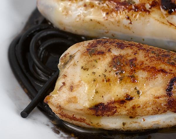 Chipirones rellenos con salsa de tinta de calamar