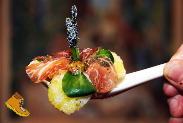 Flor de pétalos de jamón ibérico, pan sin gluten, y AOVE presentado por el blog Caminar sin gluten