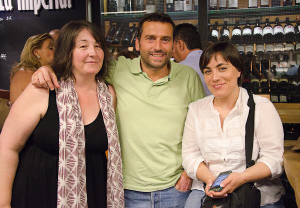 Marta, Carlos y Rosa en el Mercado de San Antón de Madrid