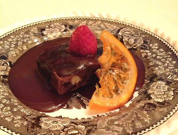 Brownie con ganache de chocolate negro, frambuesa y naranja confitada