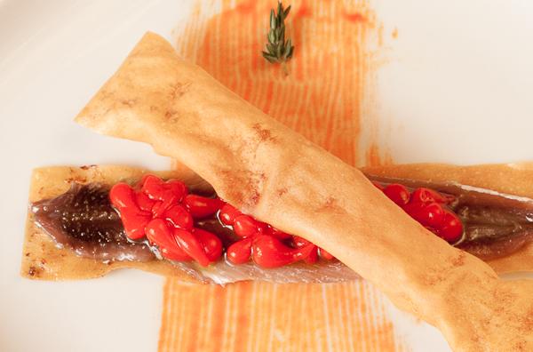 Mini bocata de anchas con caviar de pimientos