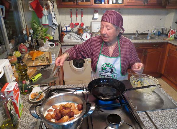 Abu preparando su receta de repápalos dulces o huevecillos