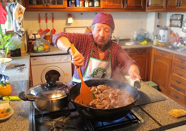 Abu preparando una receta de frite extremeño