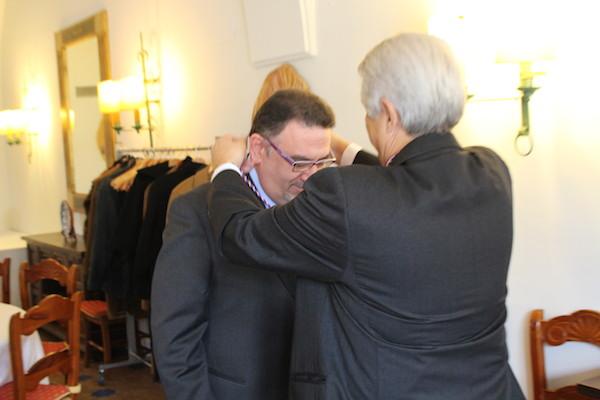 D. Francisco Saúco me impone la medalla de la Academia Extremeña de Gastronomía
