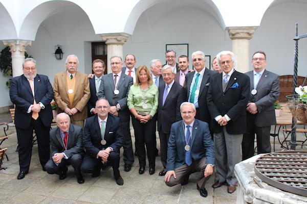 Algunos de los académicos de la Academia Extremeña de Gastronomía con D. Rafael Ansón